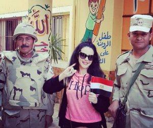 دنيا عبد العزيز  سعيدة بالحبر الفسفوري.. وتلتقط صورة برفقة رجال الجيش