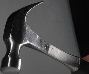 «هدى» لـ« محكمة الأسرة»: «جوزى النجار ضربني بالشاكوش وأنا مش مسمار»