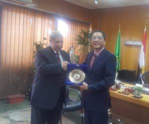 محافظ الاسماعيلية يهدي درع المحافظة لسفير فيتنام (صور)