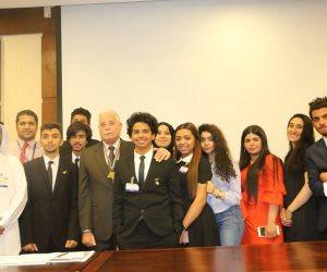 شباب 14 دولة عربية يهدون السيسي رسالة تهنئة لفوزه بفترة رئاسية ثانية (صور)