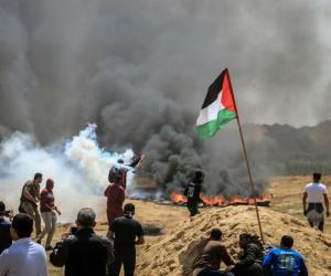متظاهرون فلسطينيون يستخدمون أقنعة بدائية للحماية من قنابل الغاز الإسرائيلية