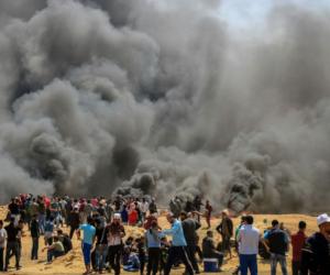 """الفلسطينيون ينتفضون ضد الاحتلال بـ """"جمعة النذير"""".. الطائرة الورقية الحارقة تحرق إسرائيل.. والصحة: تل أبيب تستهدف الصحفيين في مسيرات العودة"""