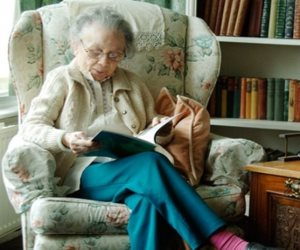 أطلبوا العلم ولو فى آخر العمر.. سيدة سبعينية تلتحق بكلية خدمة المجتمع بماليزيا