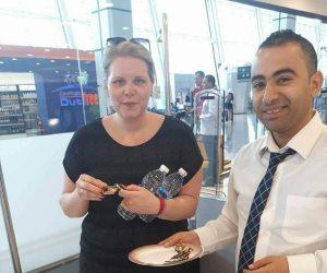 مصر للطيران تقدم الحلوى للمسافرين احتفالا بأعياد الربيع (صور)