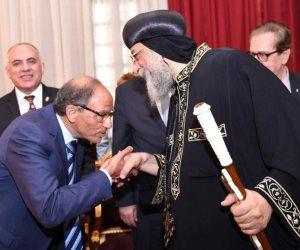 البابا تواضروس يستقبل المهندس هاني عازر ومحافظ الجيزة (صور )