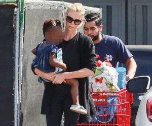 تشارليز ثيرون تتسوق برفقة أوغست في لوس أنجلوس (صور وفيديو)