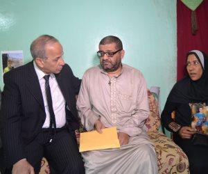 محافظ القليوبية يقدم 50 ألف جنيه لأسرة طالب توفى في بالوعة صرف