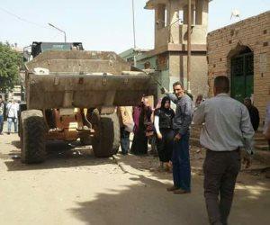 الأجهزة التنفيذية تشن حملة لإزالة الاشغالات لحي غرب شبرا الخيمة (صور)