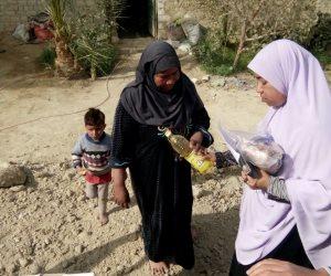 توزيع مساعدات غذائية على الفقراء من أهالى قرية النهضة بالفرافرة (صور)