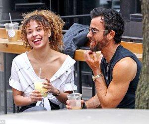 جاستن ثيروكس يتناول القهوة مع مرأة مجهولة الهوية (صور وفيديو)