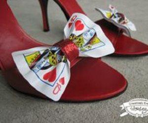 اه لو لعبت يا زهر ... ورق الكوتشينه يدخل عالم الموضة أزياء واكسسوارات وأحذية