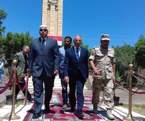 محافظ شمال سيناء يضع إكيلا الزهور على قبر الجندي المجهول بالعريش «صور»