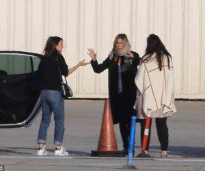 جينيفر أنيستون تسقبل صديقاتها بالقبلات والعناق بعد وصولها كاليفورنيا (صور وفيديو)
