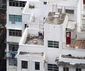 أسلوب حياة.. سكان هونج كونج يستغلون أسطح المنازل للراحة وكسب الرزق