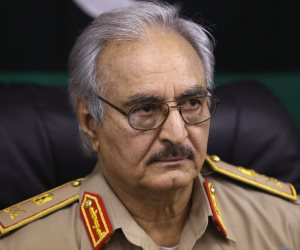 يد تبني ويد تمول الإرهاب.. خليفة حفتر يكشف دور قطر في محاولة تفكيك ليبيا