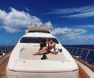 كايلي جينر تحتفل بعيد ميلاد صديقها على متن يخت في جزر الباهاما (صور وفيديو)