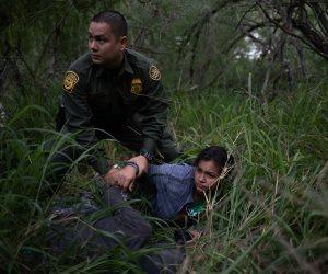 اعتقال المئات من المهاجرين بعد اجتيازهم الحدود الأمريكية من المكسيك (صور)