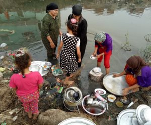الأهالي يغسلون الأواني بمياه الصرف الصحي بأولاد صقر فى الشرقية (صور)