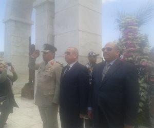محافظ دمياط يضع إكليل من الزهور علي النصب التذكارى للجندي المجهول