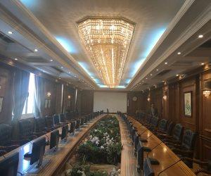 تعرف على حقيقة طلاء نجفة قاعة اجتماعات «الأعلى للجامعات» بالذهب الخالص