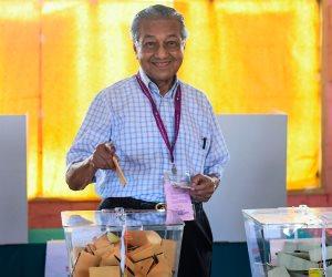 العجوز الماليزي يعود مجددا لرئاسة الوزراء.. هذه أبرز تعهدات مهاتير محمد بعد منصبه الجديد
