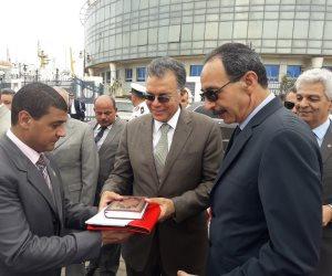 وزير النقل يرفع علم مصر على أحدث قاطرتين بميناء الإسكندرية (صور)