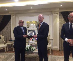 رئيس «العربية للتصنيع» يمنح وزير خارجية هولندا درع الهيئة
