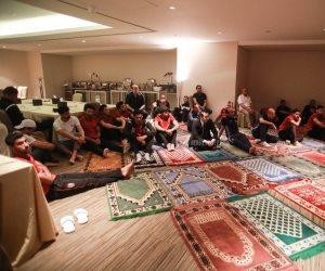 لاعبو الأهلي يؤدون صلاة الجمعة بالإمارات