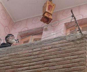 راعى كنيسة العذراء مريم يعلق فانوس رمضان فى شرفة منزله بالأقصر (صور)