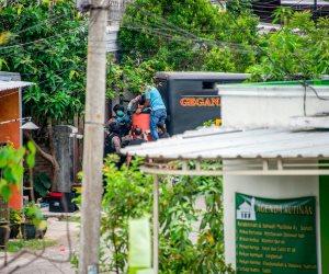 الشرطة الأندونيسية تداهم مسكن عائلة يشتبه في تنفيذها موجة تفجيرات