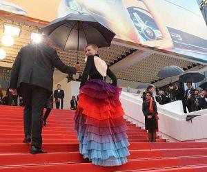 كيت بلانشيت تضفي بهجة بفستانها «جيفنشي» على الريد كاربت (صور وفيديو)