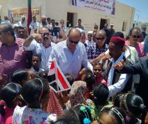 محافظ مطروح يوزع هدية السيسي على أهالي قرية «أم الصغير» (صور)