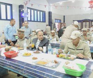مدير أمن كفر الشيخ يتناول طعام الإفطار مع المجندين..ويطمئن على السيولة المرورية بالشوارع  (  فيديو وصور  )