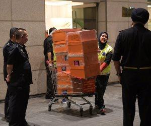 ماليزيا تصادر حقائب خلال مداهمة شقق أقارب رئيس وزراءها السابق (صور)