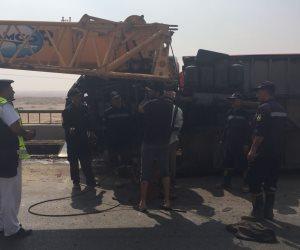 زحام مروري بسبب انقلاب سيارة محملة بمواد بترولية أعلى كوبري بطريق الفيوم