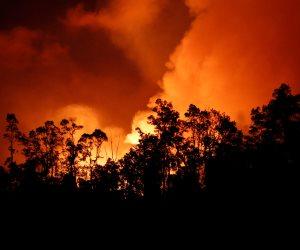 بركان «كيلاويا» يكشر عن أنيابه ويحول مياه المحيط إلى أراض (صور)