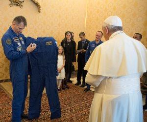 هل يرتديها أم يركنها في الدولاب؟.. سر بدلة الفضاء المملوكة لبابا الفاتيكان