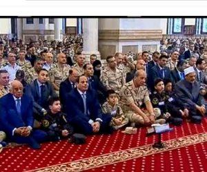 أبناء الشهداء يرتدون «ملابس آبائهم» في صلاة العيد بجوار الرئيس السيسي
