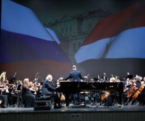 """تنظيم تاريخي عالمي.. عمر خيرت يحيى حفلا على مسرح """"مارينسكى"""" في روسيا (صور)"""