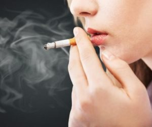 """أصبحت """"عانس"""" واتخذت من السيجارة صديقًا.. علاقة السهر بالزواج مبكرًا (فيديو)"""