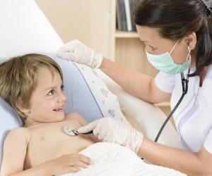 قلبه الصغير يستاهل حياة.. 25 ألف طفل مصري يولدون سنويا بقلوب موجوعة