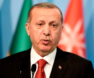 بعد استخدامهم ورقة انتخابية لمواجهة المعارضة.. أردوغان يدير ظهره للاجئين السوريين