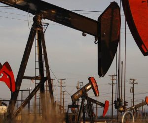 """""""الذهب الأسود"""" يتخلى عن 4% عن مكاسب الاثنين الماضي.. سر انخفاض أسعار النفط"""
