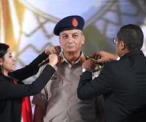 الشباب يرد الجميل للجيش.. برلمانيون يعلقون على تقليد شباب رتبة فريق أول لوزير الدفاع