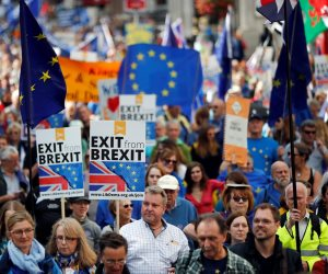 استطلاع: نصف ناخبي بريطانيا يؤيدون إجراء استفتاء على اتفاق «بريكسيت»
