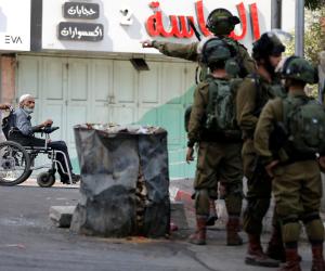 على خلفية استقالة وزير دفاع جيش الاحتلال.. القوات الإسرائيلية تعتقل مواطنين فلسطينيين