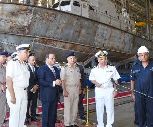 الرئيس السيسي يتفقد هناجر وورش إصلاح القوات البحرية (صور)