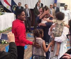 «بدوي وآمال» على الرصيف.. السيسي يجمع شمل عائلة مزقتها الشيكات (صور)