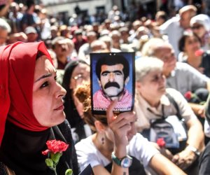 """يقمعهن أردوغان ويرفض فتح الأرشيف.. أمهات """"السبت"""" تبحث عن أبنائهن المفقودين منذ ربع قرن"""