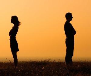 أحاديث جارحة وسخريات مهينة.. كيف لكلمة واحدة أن تغير حال العلاقة العاطفية؟